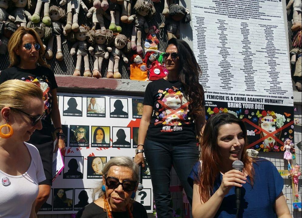Al muro delle bambole di Jo Squillo contro la violenza sulle donne